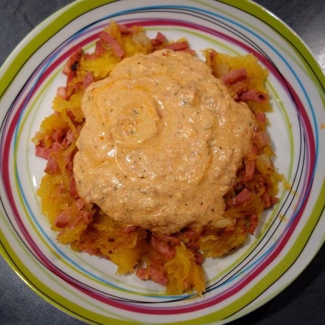 Courge spaghetti aux lardons, sauce tomate et ricotta
